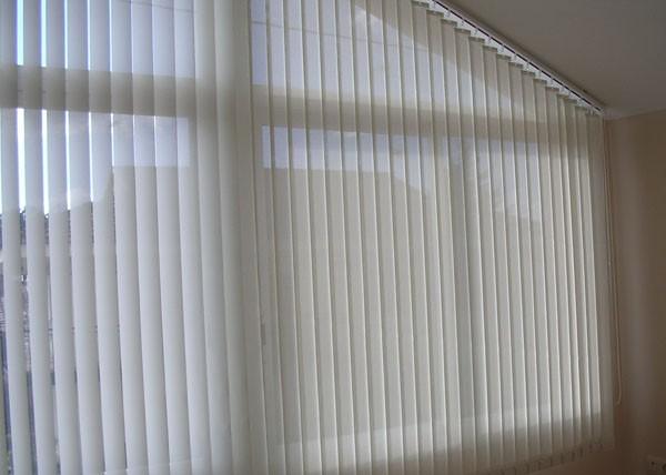 Cortina de lamas verticales for Tipos de cortinas y estores