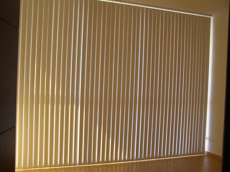 Cortinas de lamas verticales for Tipos de cortinas y estores